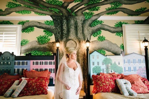 photo of a bride posing inside casa banana
